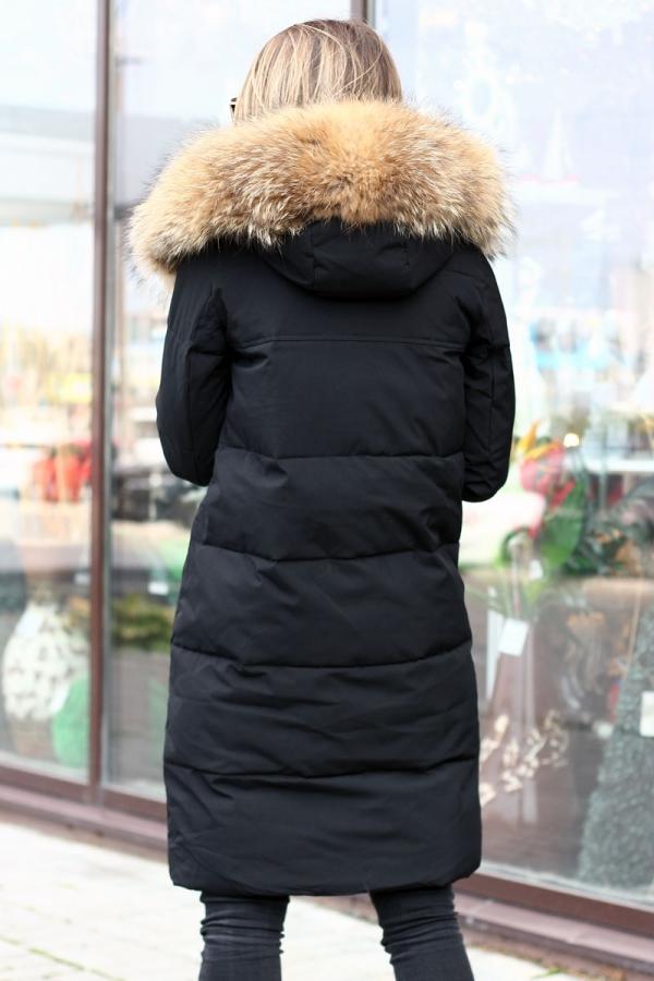 Модная черная куртка с енотом