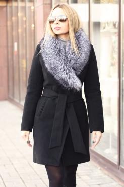 Зимнее пальто с меховым воротником из чернобурки черное