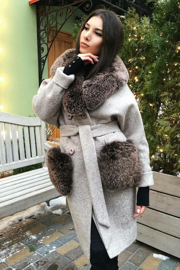 Модное женское пальто с мехом на карманах