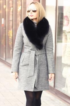 Короткое пальто на зиму серого цвета с богатым меховым воротом