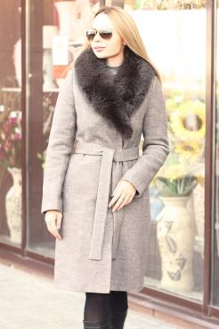 Бежевое длинное пальто с песцом зима 2018-2019