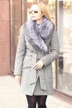 Короткое пальто с чернобуркой приталенное серое