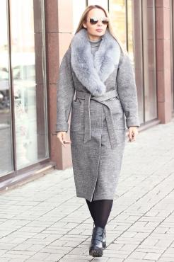 Приталенное зимнее пальто с меховым воротником серое