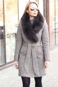 Серое короткое пальто с песцом зима 2019