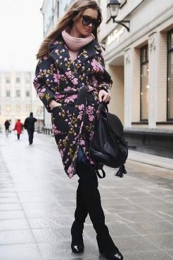Весеннее женское пальто с красивым орнаментом