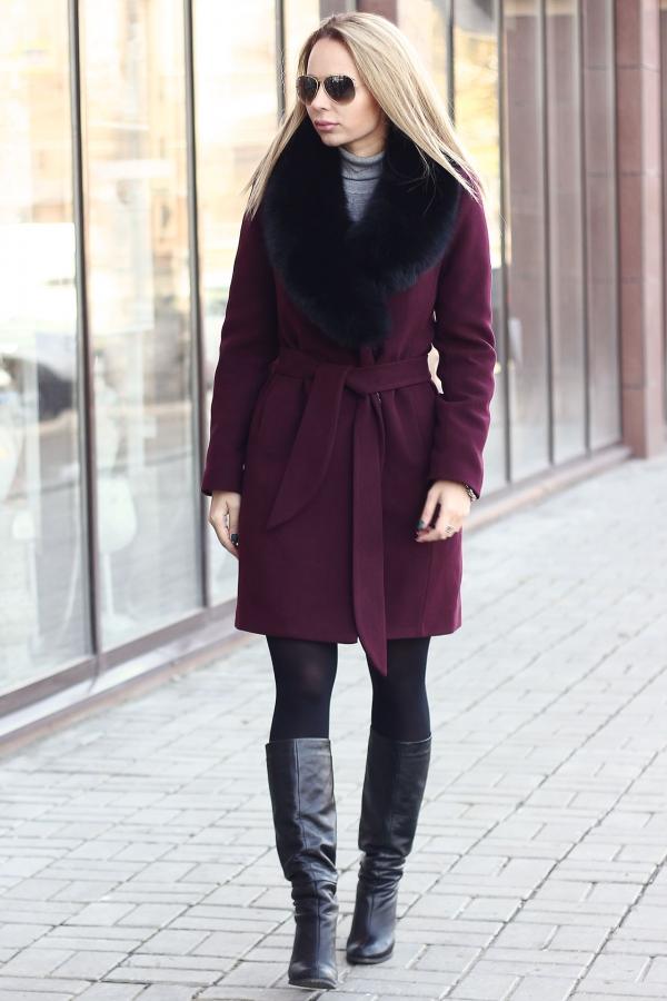 Модное пальто с воротником из меха песца бордовое