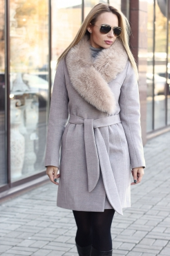Недорогое пальто 2019 с песцом бежевое
