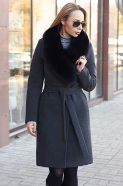 Длинное пальто с мехом песца на воротнике